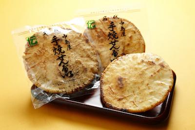 普通のおせんべいより大きくて柔らかいのが特徴。