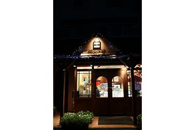 まるでお菓子の家のような店構えが特徴です。(本店)