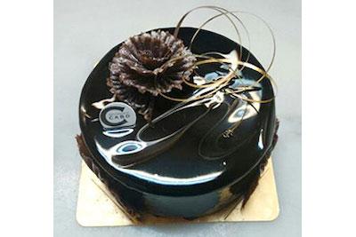 「メティス」。フランス製のチョコレートムースの中に表面を香ばしく焼いたクレームブリュレを閉じ込めたケーキです。