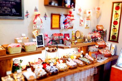 店内は焼き菓子の良い香りが漂う落ち着いた雰囲気。