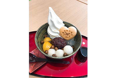 北海道ソフトクリームを贅沢に乗せた、クリームあんみつ。キュートなロゴ入りの最中皮入り。