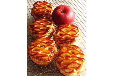 紅玉りんごのパイ(季節限定)。お店には旬の果物を使ったスイーツが並びます。