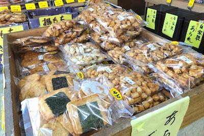 店内には、たくさんの種類のあられやせんべいが並んでいます。