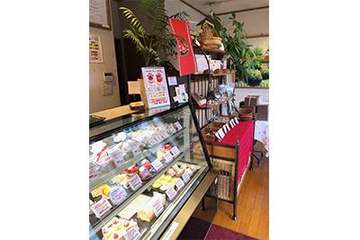 店内の写真。ホッとする空間に、かわいいケーキが並びます。