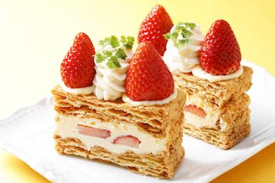 濃厚なカスタードクリームと苺をサクサクなパイでサンド。いちごのミルフィーユ518円。