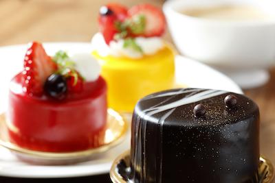 ショーケースに色とりどりの生ケーキ(183円〜)が所狭しと並ぶ。