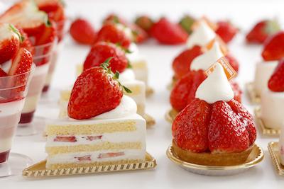 ショーケースには旬のフルーツをふんだんに使った生ケーキが勢ぞろい。苺生ケーキ486円〜。