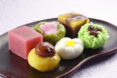 目にも鮮やかで四季を感じる上生菓子各種280円や羊羹各種194円。