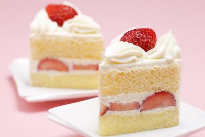 甘さ控えめシンプルな純・生クリーム使用のリッチな逸品 苺のショートケーキ450円。