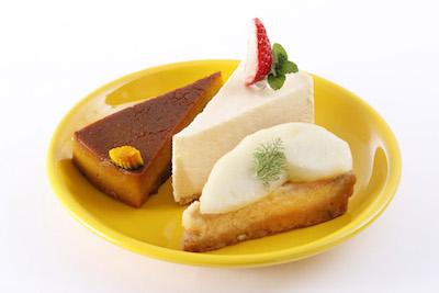 かぼちゃプリンケーキ410円・レアチーズケーキ430円・洋なしのタルト430円。