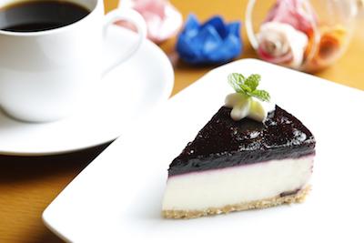 自家農園ブルーベリーレアチーズケーキ360円。さっぱりみずみずしい逸品です。