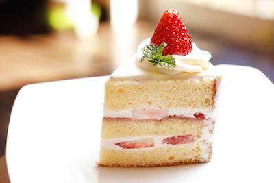 みずみずしい苺のショートケーキは定番人気520円。併設のカフェでゆったりひと時を。