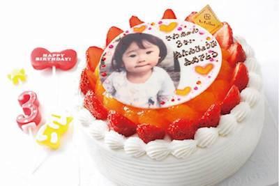 記念日には生デコレーションが一番人気。フルーツタルトやチーズケーキ、チョコケーキ等のホールケーキもご予約でお作りします。