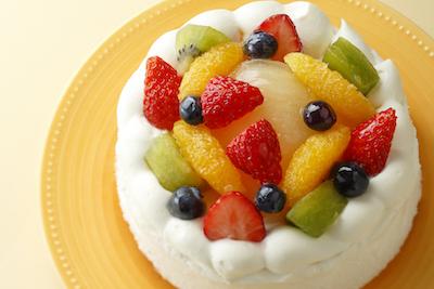 記念日にはフルーツ盛りだくさんのデコレーションケーキ4号2,800円〜。