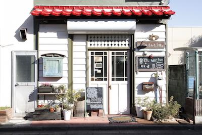 ウッディな可愛いお店。柔らかい雰囲気。ゆっくりパフェを楽しめるこだわりが詰まった空間。