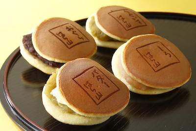 どら焼きは4種類。おぐら・白あん・うぐいす・バター195円〜。