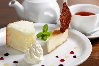 気取りのない飽きの来ないスイーツプレートチーズケーキとシフォンケーキ