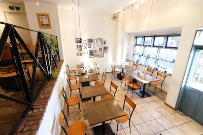 洒落たイタリアンカフェ。高い天井、どこか懐かしさを感じる店内ではイベントや企画、パーティなどが目白押し。