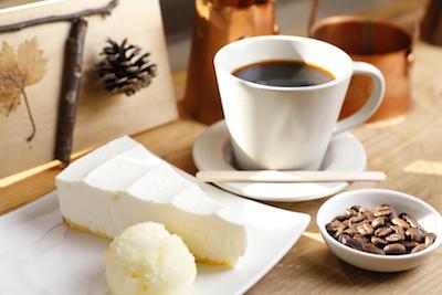レアチーズケーキとコーヒーのセット。