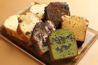 常時約10種類のパウンドケーキを取り揃えている。プレーンパウンドケーキ290円 他。