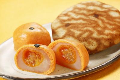 見た目も楽しい食べてびっくり金柑まんじゅう187円 黒糖どら焼176円。