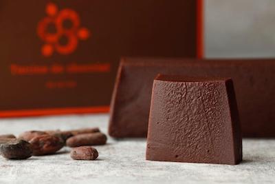 カカオの香り豊かに焼き上げたねっとり濃厚なガトーショコラ「テリーヌ・ショコラ」320円、6個入2,000円、ホール2,500円。