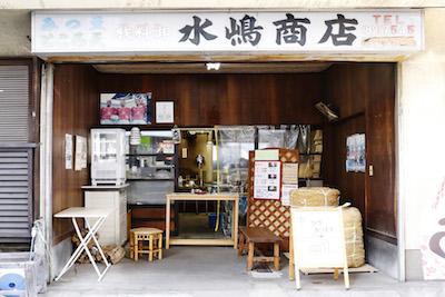 店頭にはテングサの大きな束がある。手作りの老舗ならではの雰囲気を肌で感じることができる。
