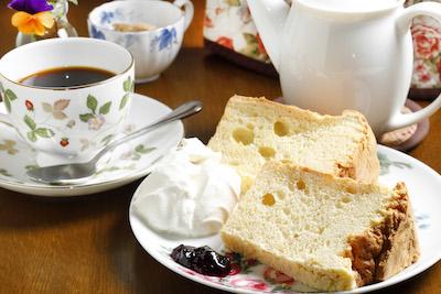 ふわふわシフォンケーキは生クリームを添えて。