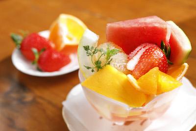 新鮮フルーツをふんだんに使ったフルーツポンチセット(ドリンク付)1,458円。