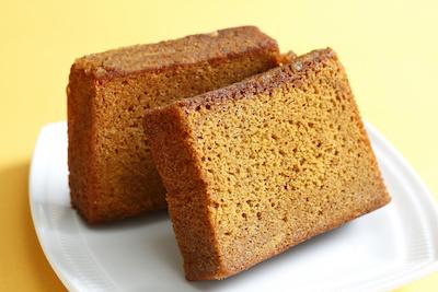 塩キャラメルパウンドケーキ。ザラメの食感が人気です。