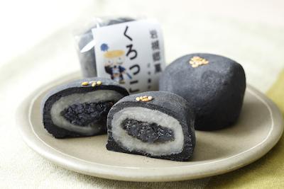 黒ゴマに求肥を白あんで包み、その中にゴマ蜜がありゴマの風味を楽しめます。くろっこ 130円。